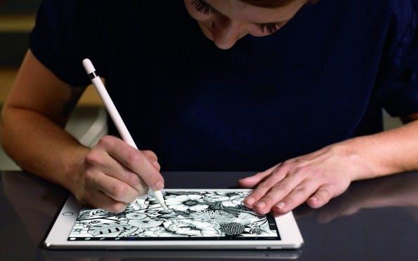 Der Apple Pencil funktioniert auch beim kleinen iPad Pro. (Foto: Apple)