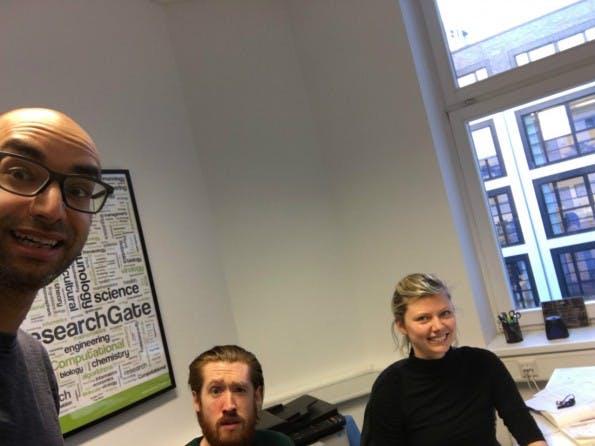 Der Arbeitstag von Ijad Madisch beginnt meistens um 10 Uhr. Dann bespricht er Termine mit Lydia und hört sich bei seinem Produktchef um. (Foto: Ijad Madisch)