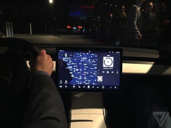 Der Innenraum des Tesla Model 3 ist noch nicht fertig. (Foto: The Verge)