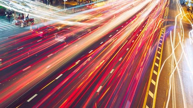 Flüssiger Verkehr ohne Ampeln: Autonom fahrende, vernetzte Autos machen's möglich