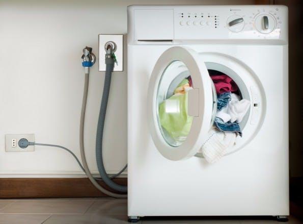 """Die Waschmaschine ist ein Evolutionsschritt, der beim Lösen des Problems """"saubere Wäsche"""" enorm hilft. (Foto: Shutterstock)"""