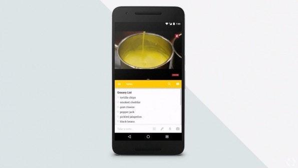 Die Android-N-Funktion Multi-Window ist auch auf Smartphones nutzbar. (Bild: Google)
