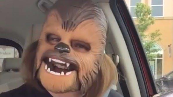 Ein Lachen das ansteckt: Die Chewbacca Mask Lady ist ein viraler Erfolg. (Screenshot: t3n.de)