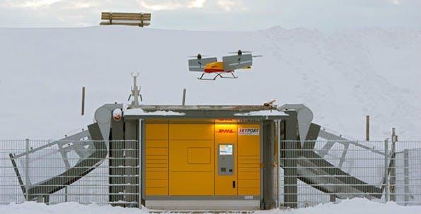 Paketkopter 3.0 beim Anflug auf die DHL-Packstation. (Foto: DHL)