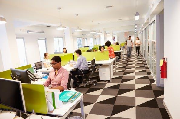 Zu langes Sitzen schadet der Gesundheit erheblich. Doch wie lässt sich im Büro gesünder arbeiten? (Foto: Shutterstock)