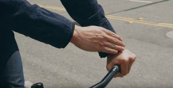 Smarte Jacke von Google und Levi Strauss: Smartphone beim Fahrrad fahren bedienen. (Screenshot: YouTube)