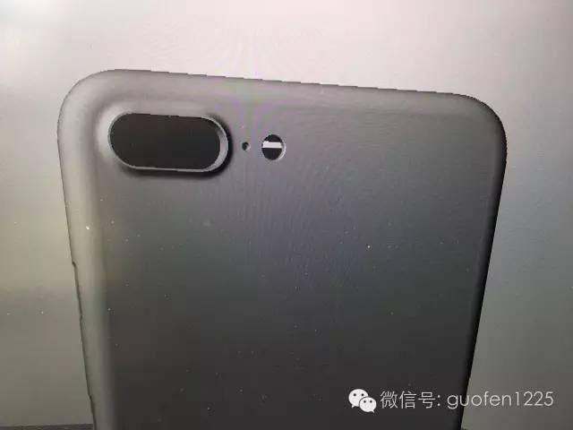 Auf diesen geleakten CAD-Skizzen soll das iPhone 7 zu sehen sein – das Plus oder Pro-Modell könnte tatsächlich eine Dual-Kamera besitzen. (Bild: Nowhereelse)