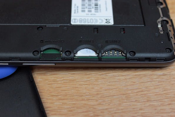 Drei Schächte: Trotz Dual-SIM-Funktion lässt sich der interne Speicher per microSD-Karte erweitern. (Foto: t3n)