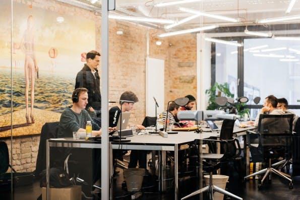 In Spitzenpositionen verdient man bei Startups in Berlin bis zu 5.300 Euro- Sales-Spezialisten und Marketer bekommen allerdings wenig Geld. (Foto: Factory)