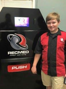 Startup-CEO Taylor Rosenthal vor seinem Erste-Hilfe-Automaten. (Foto: RecMed/Facebook)