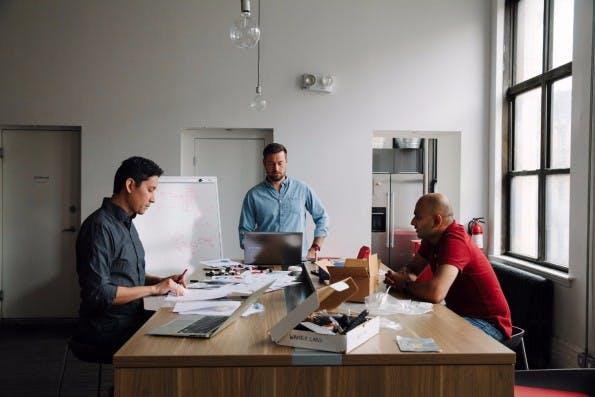Ein kleines Team arbeitet am Waverly Labs Pilot. (Foto. Waverly Labs)