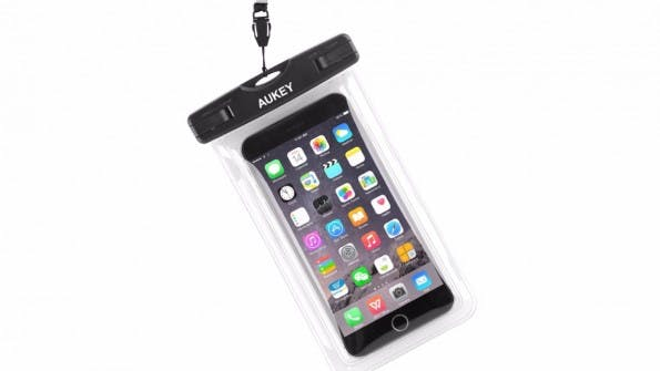 """Mit einer solchen Hülle schützt ihr euer Smartphone vor Wasser und Sand. (Foto: <span><a href=""""https://www.amazon.de/gp/product/""""B0117AHU2W""""/?tag=t3nred-21"""" class=""""tg-affiliatelink"""" rel=""""nofollow"""">Amazon*</a></span>"""