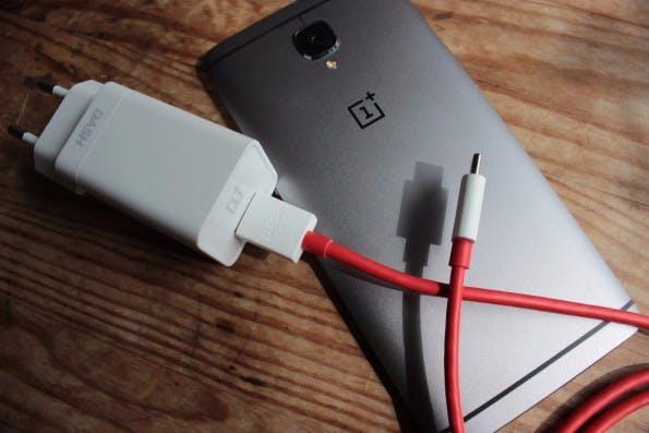 Dicker Stecker mit viel Technik: Dash Charge lädt das Oneplus 3 rasend schnell auf. (Foto: t3n)