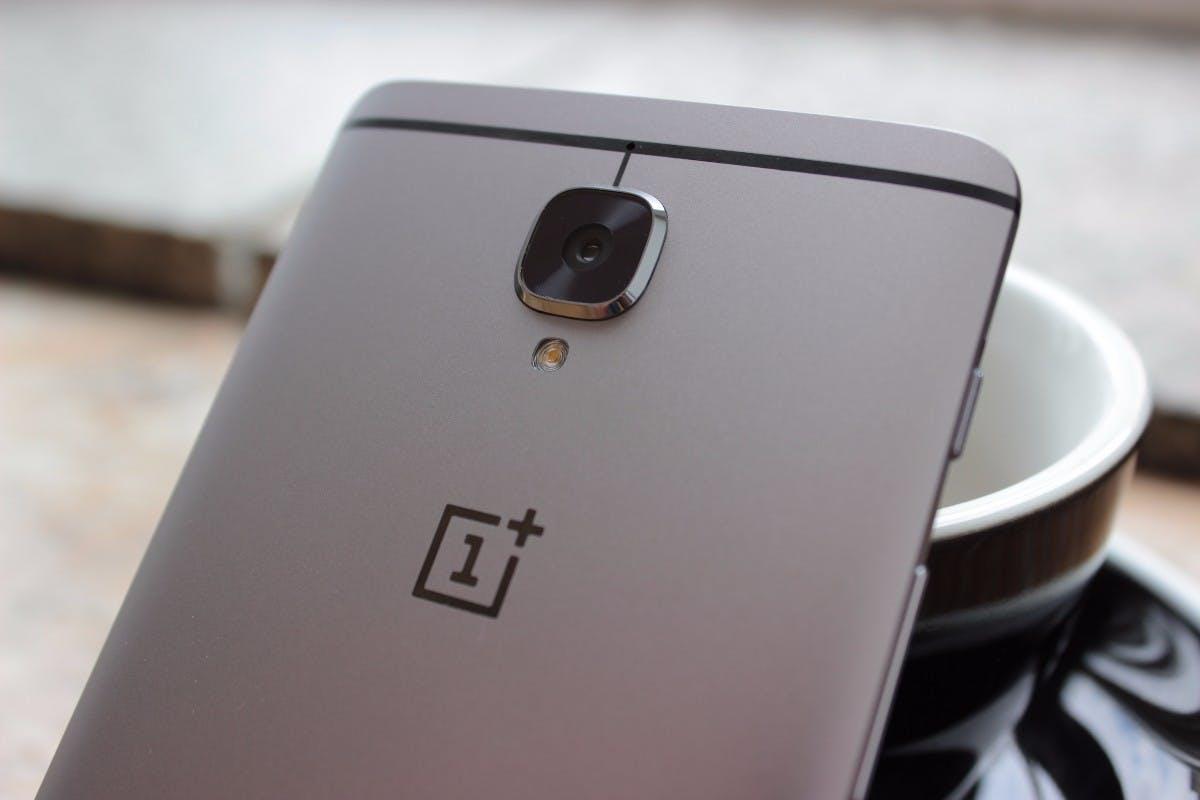 Die Kamera des OnePlus 3 ragt ein Stück aus dem Gehäuse heraus. (Foto: t3n)