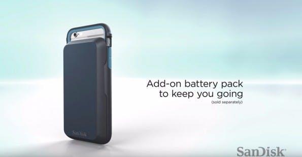 Dem Sandisk iXPand Memory Case kann optional auch ein Zusatzakku angesteckt werden. (Bild: Sandisk)