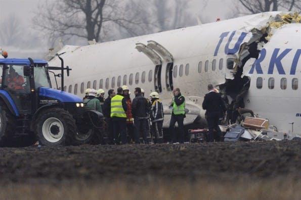 Absturzstelle des Fluges TK 1951 in Amsterdam. Das Turkish-Airlines-Flugzeug wurde vom Autopiloten beim Landeanflug in einen Acker gestürzt. Neun Menschen starben. (Fred Vloo / RNW)