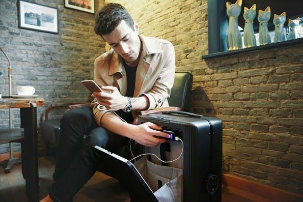 Der Roboter-Koffer soll Reisenden nicht nur folgen, sondern auch ihre Smartphones laden. (Bild: Cowarobot)