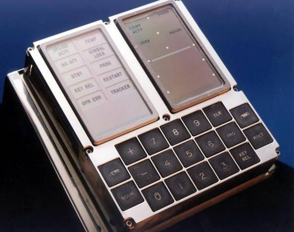 Das Bedienmodul des Apollo Guidance Computer hörte auf den Namen DSKY (DiSplay & KeYboard) und erinnert eher an einen Taschenrechner. (Quelle: NASA)