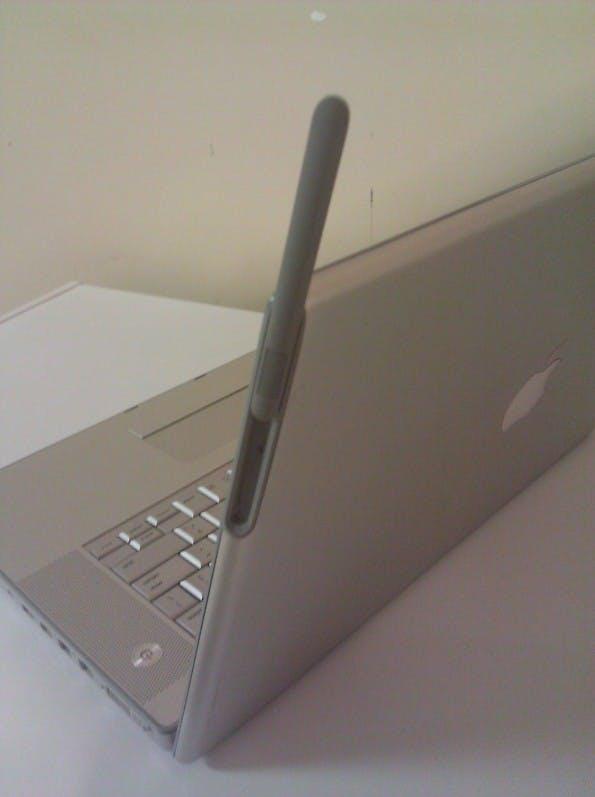 Ein Macbook-Prototyp mit 3G-Funkmodul und herausziehbarer Antenne us dem Jahr 2007. (Foto: via MacRumors)