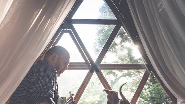 Sebastian Canaves in einer Hütte auf Bali, Indonesien. (Foto: Off the Path)