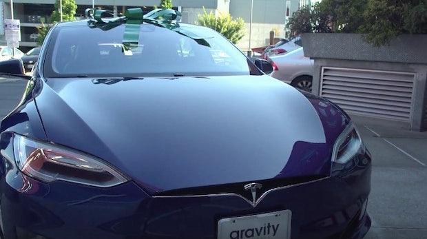 70.000 Dollar Jahresgehalt: Glückliche Mitarbeiter schenken Chef einen Tesla