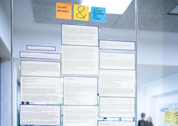 An den vollverglasten Bürowänden hat das Team von Sipgate zahlreiche Absagen an Bewerber ausgehängt. Das Unternehmen beantwortet jede Bewerbung innerhalb von 24 Stunden persönlich. (Foto: Sipgate)
