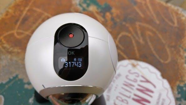 Auch ohne Smartphone nutzbar: Die Gear 360 besitzt ein kleines LC-Display und einen Auslöse-Button. (Foto: t3n)