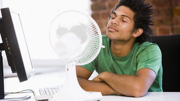 Kopfschmerzen, Schwindel, Kreislaufprobleme: 5 Tipps bei Hitze im Büro