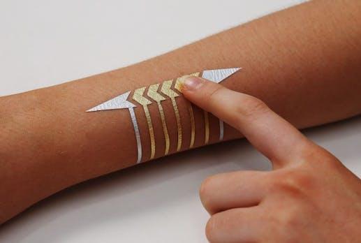 Temporäre Smart-Tattoos aus Blattgold: Wenn die Haut zum Trackpad wird