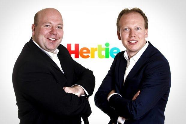 Jan und Nils Klöker (v. l.) wollen bei Hertie.de wieder D-Mark annehmen. (Foto: HDK/Hertie)