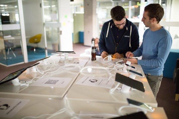 Überall im Tech-Gebäude von Zalando stehen Tische mit unterschiedlichen Devices. Hier können Entwickler testen, ob alles funktioniert. (Quelle: Tony Haupt/Zalando)