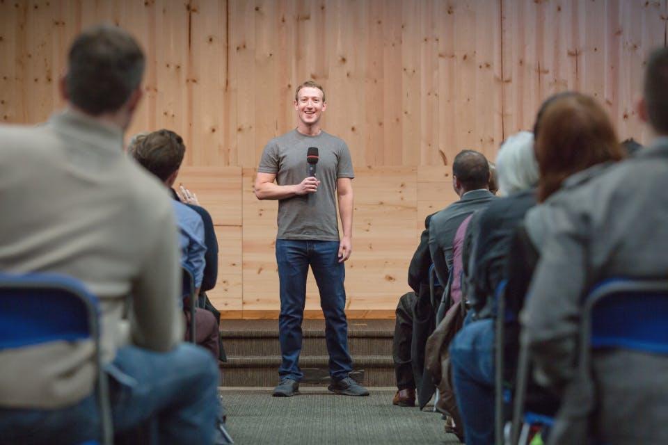 Mehr als 12 Mitarbeiter helfen Mark Zuckerberg mit seinem Facebook-Profil