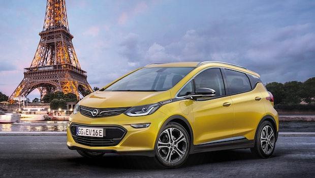Der erste Stromer von Opel, der Ampera-E, ist auf dem Pariser Autosalon 2016 enthüllt worden. Das viertürige E-Auto bietet laut Hersteller, der mittlerweile zur PSA-Gruppe gehört, eine Reichweite von über 500 Kilometern. Im Laufe des zweiten Halbjahres 2018 will Opel eine Variante mit 60-Kilowatt-Akku und 50-Kilowatt-Motor ab knapp 43.000 Euro auf den Markt bringen. (Foto: Opel)