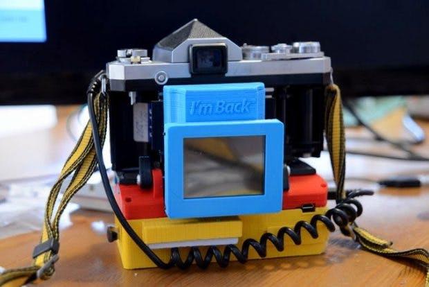 Dieses Gehäuse verbindet euer Raspberry Pi mit einer analogen Fotokamera. (Foto: Samuel Mello Medeiros / Kickstarter)