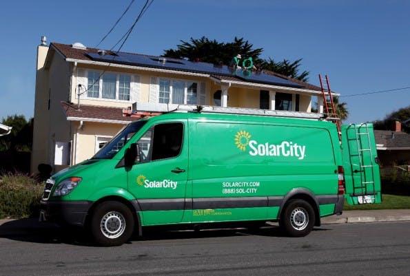 Solarcity-Mitarbeiter installieren eine Solaranlage in Kalifornien (Foto: Shutterstock/Jennie Book)
