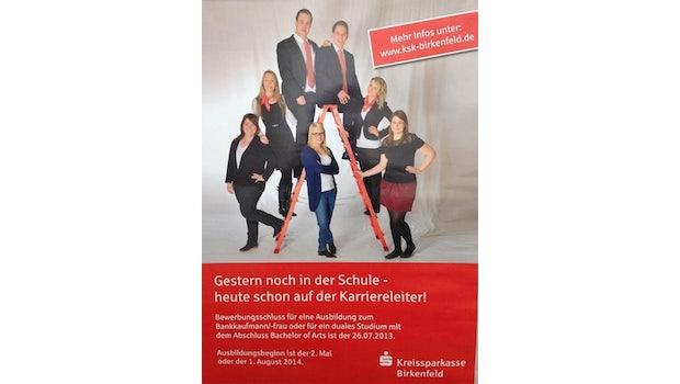"""Die Kreissparkasse Birkenfeld wollte mit diesem Plakat um Azubis werben. Ob sich bei diesem Foto allerdings auch Frauen angesprochen fühlen, ist stark zu bezweifeln. (Screenshot: <a href=""""http://www.goldenerunkelruebe.de/"""">goldenerunkelruebe.de</a>)"""
