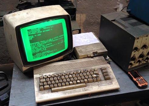 Diese polnische Autowerkstatt hat noch einen C64 im Einsatz