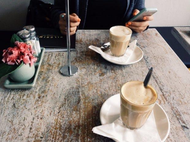 Doppelt schlecht: Pause mit Kaffee und Smartphone. (Foto: Pixabay.com)