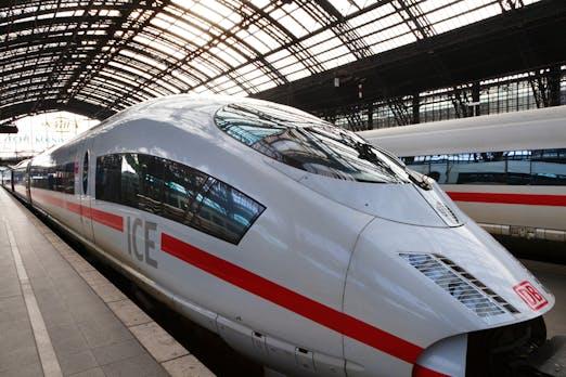 """Die Bahn kündigt """"moderate"""" Preiserhöhung an und plant Glasfaser-Ausbau"""