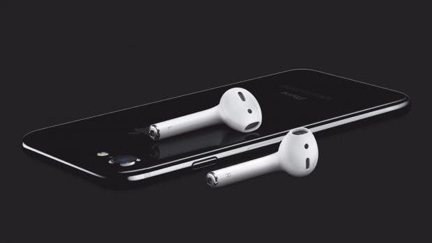 iPhone 7 mit Apples neuen Airpods. (Foto: Apple)