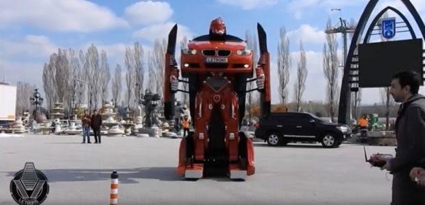 Letrons heißen die zu einem Transformer umgebauten PKW –hier ein BMW. (Screenshot: Youtube/Letvision)