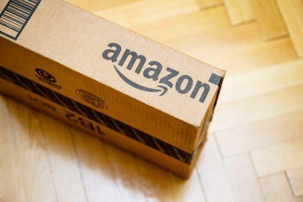 Amazon-Paket: Gratis-Versand für viele Online-Shopper entscheidend. (Foto: Hadrian / Shutterstock.com)