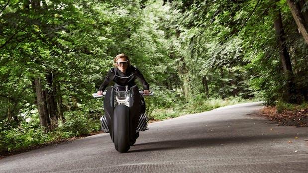 Ohne Helm und Schutzbekleidung: Wie sich BMW das Motorrad der Zukunft vorstellt