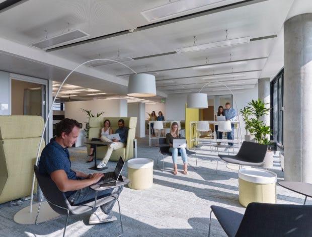 Jeder Mitarbeiter sucht sich einen passenden Platz zum Arbeiten. (Foto: Microsoft)