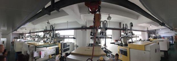 Neun Spritzgussmaschinen schaffen 40500 Cases am Tag. (Foto: Moritz Stückler)