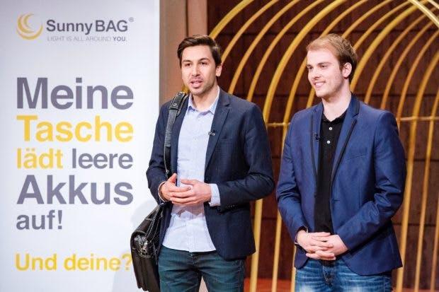 """Sunnybag-Gründer Stefan Ponsold (links) und Philip Slapar stellen ihre Solartaschen in der """"Höhle der Löwen"""" vor. (Foto: Vox / Bernd-Michael Maurer)"""
