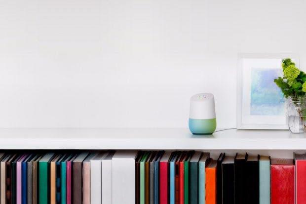 Klein und unscheinbar, aber immer erreichbar: Google Home. (Foto: Google)