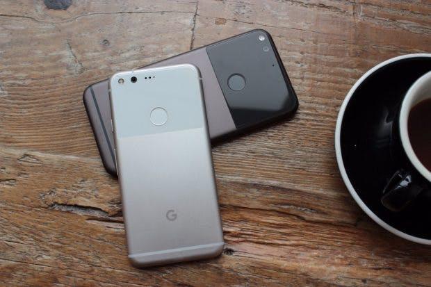 Googles Pixel und Pixel XL von hinten mit dem markanten Glaselement (Foto: t3n)