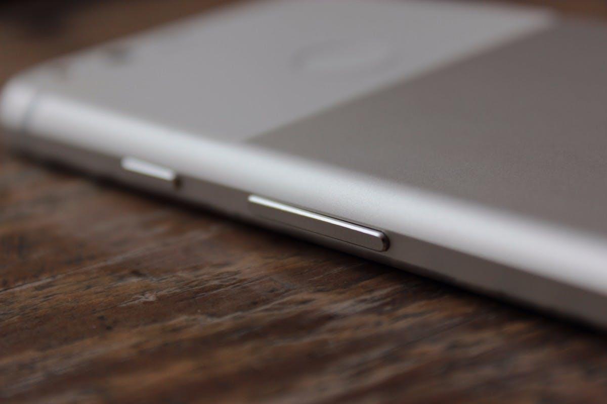 Der Rahmen, der rund um das Google Pixel geht, wirkt etwas plump – andere Hersteller können das besser. Es sollte aber bemerkt werden, dass die Geräte sich sicher greifen lassen. (Foto: t3n)
