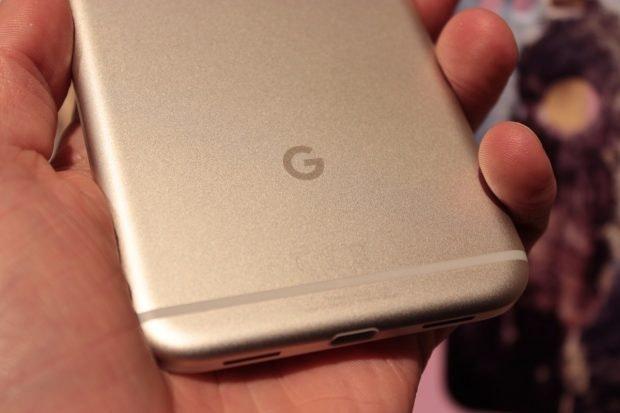 """Die Rückseite der Pixel-Geräte ziert ein großes """"G"""". (Foto: t3n)"""